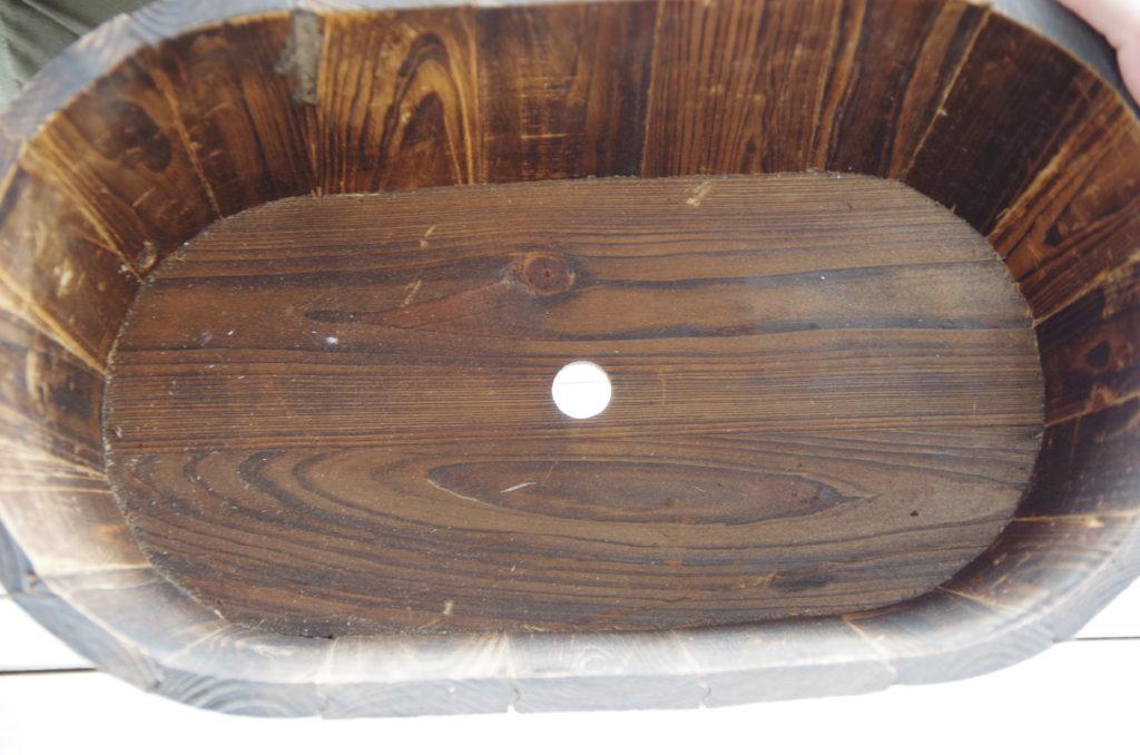 底に水はけの穴の開いた木のプランター