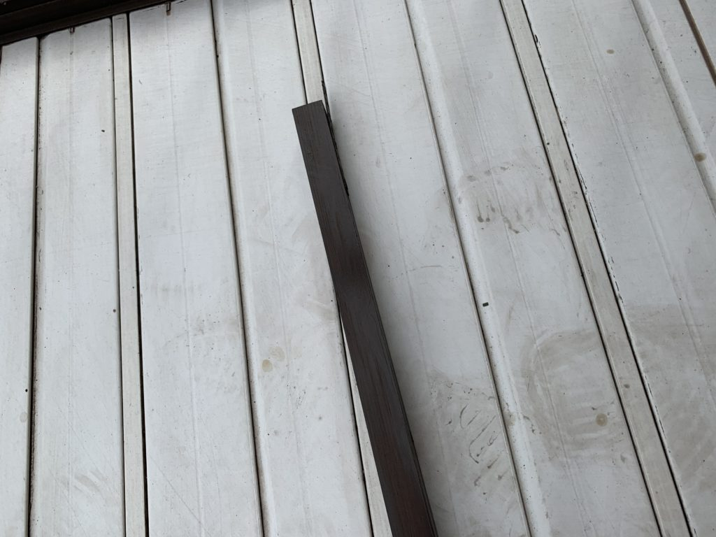 茶色のペンキを塗った木の棒