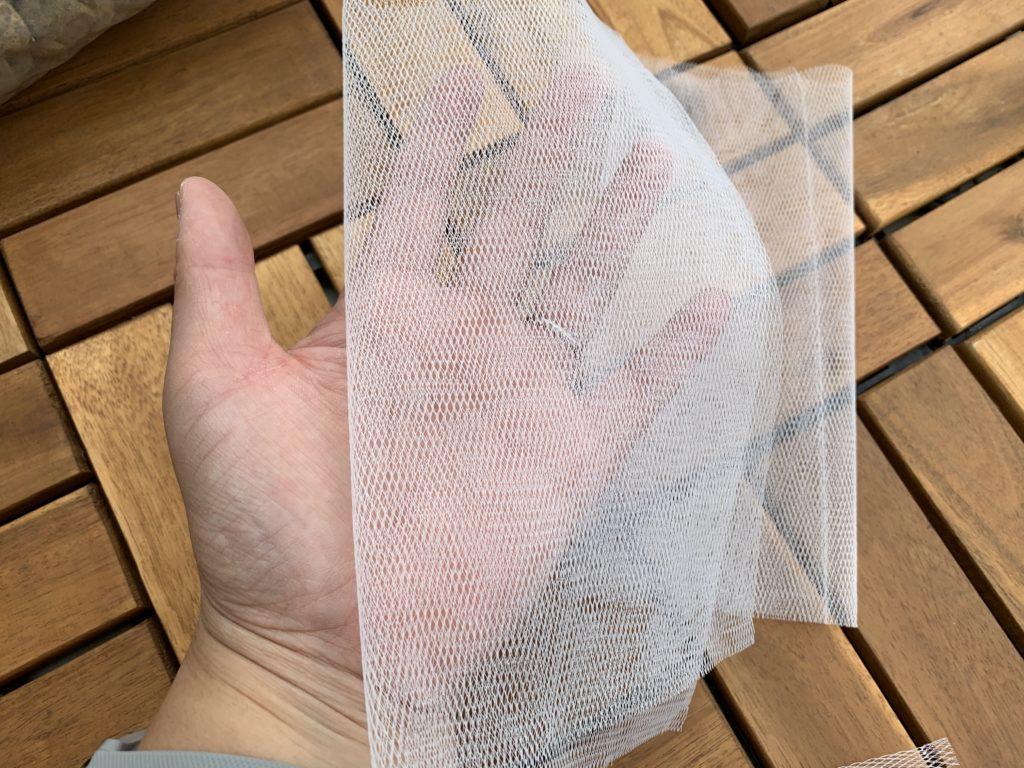 手のひらに乗せた水切りネット