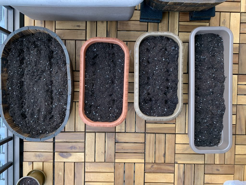 培養土を入れて並べた各種プランター