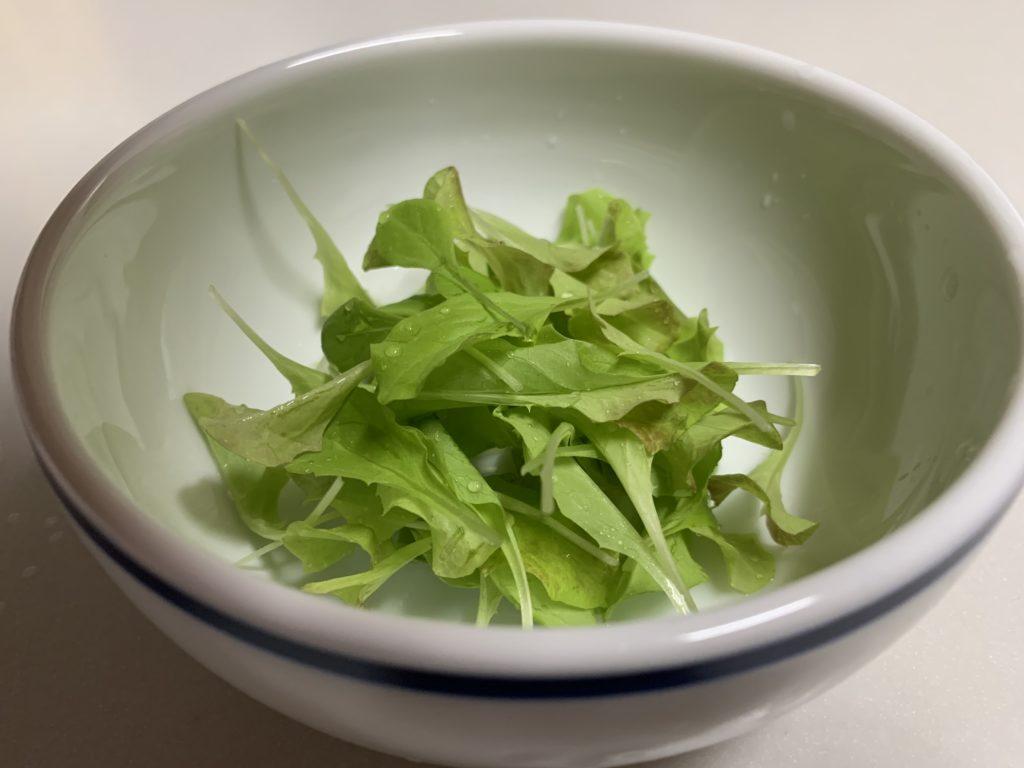 お皿に入れたサラダレタス(ベビーリーフ)