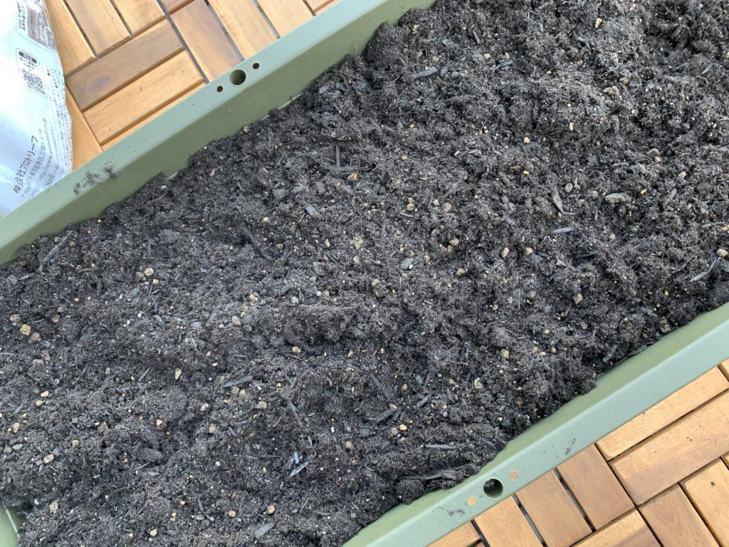 培養土を入れたプランター