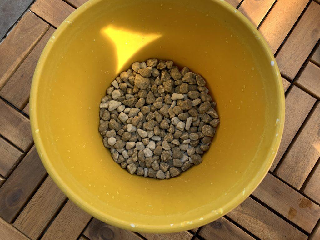 プランターの底に入れた鉢底石