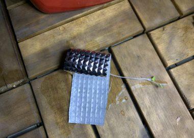 タネが定植したスポンジをアルミ箔シートで巻いていく様子