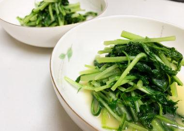 お皿に盛り付けた水菜の味噌炒め