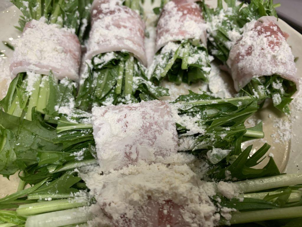 片栗粉をまぶした水菜の豚バラ肉巻き