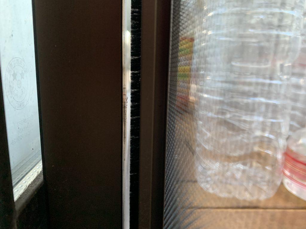 窓と網戸の隙間の様子