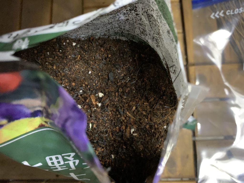 培養土の袋を開封した様子