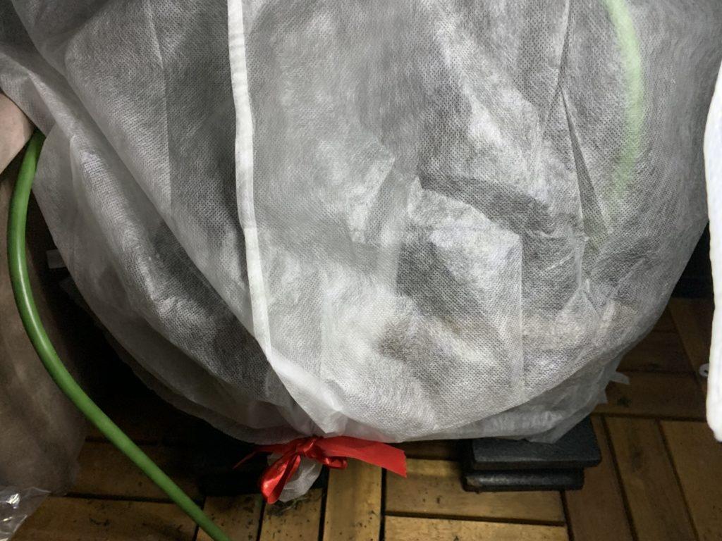 サニーレタスのタネをまいたプランターにかけた防寒カバー