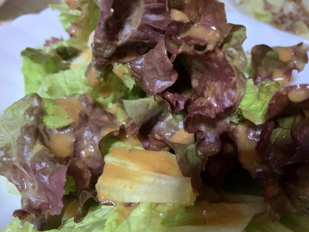 イルキャンティだレッシングをかけたサニーレタスのサラダ