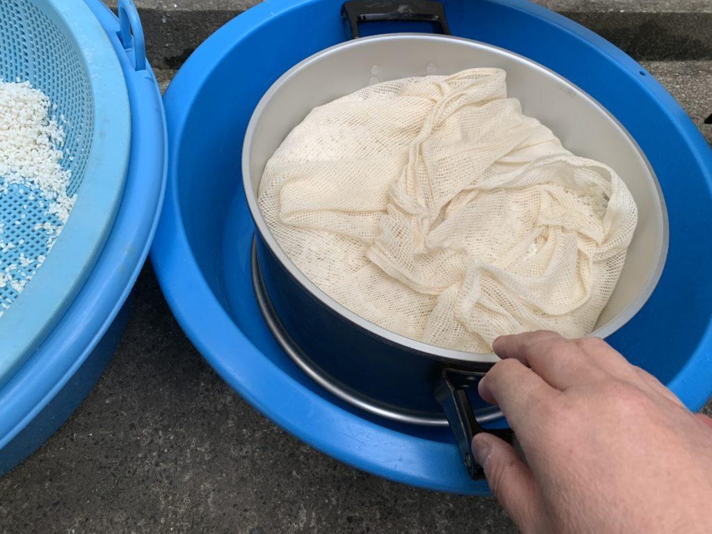 蒸し器にもち米を入れて餅布をかけた様子
