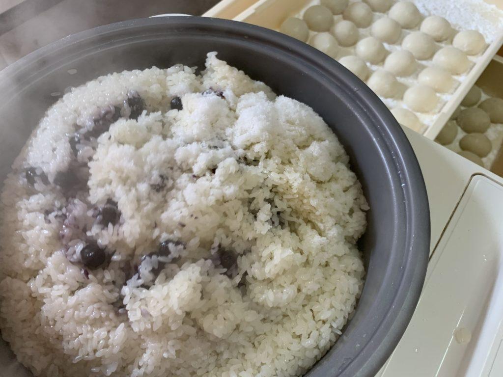 餅つき機に入れたもち米と黒豆と塩
