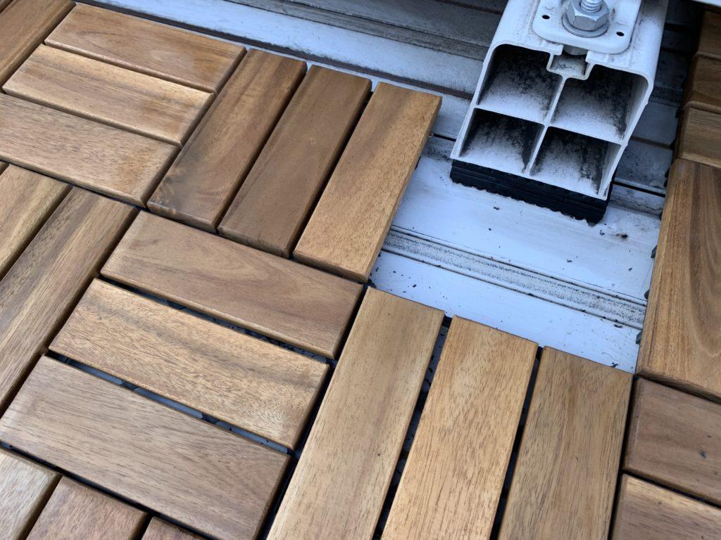 室外機の台座部分に設置したカットしたウッドデッキパネル