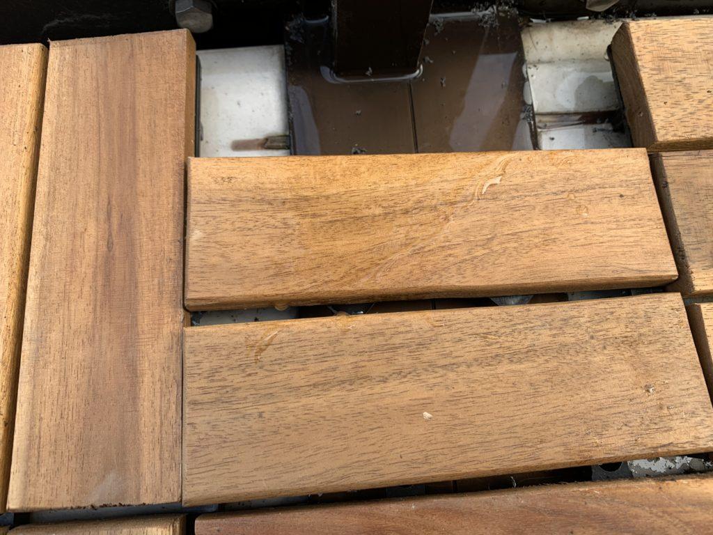 支柱トの突起部分にもピッタリサイズにカットしてはめたウッドデッキパネル