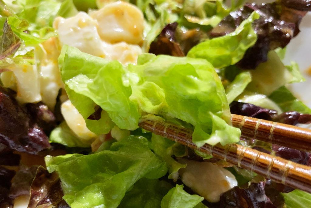 イルキャンティドレッシングをかけたホッキ貝入りのサラダ