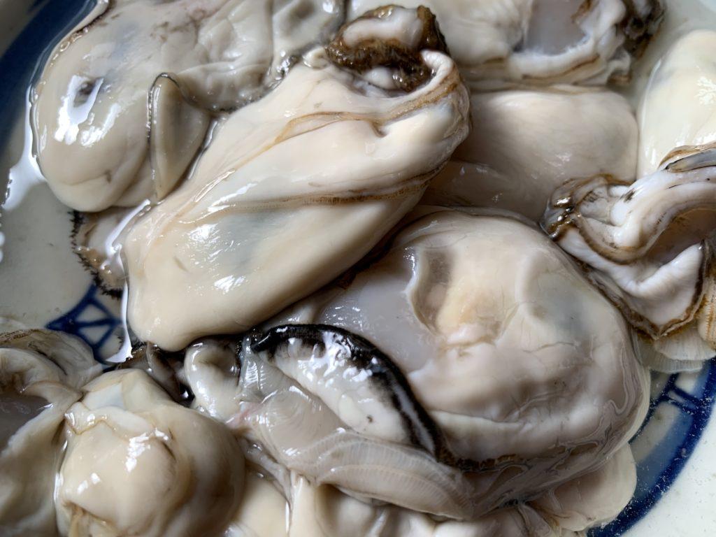 新鮮な牡蠣を水洗いした様子