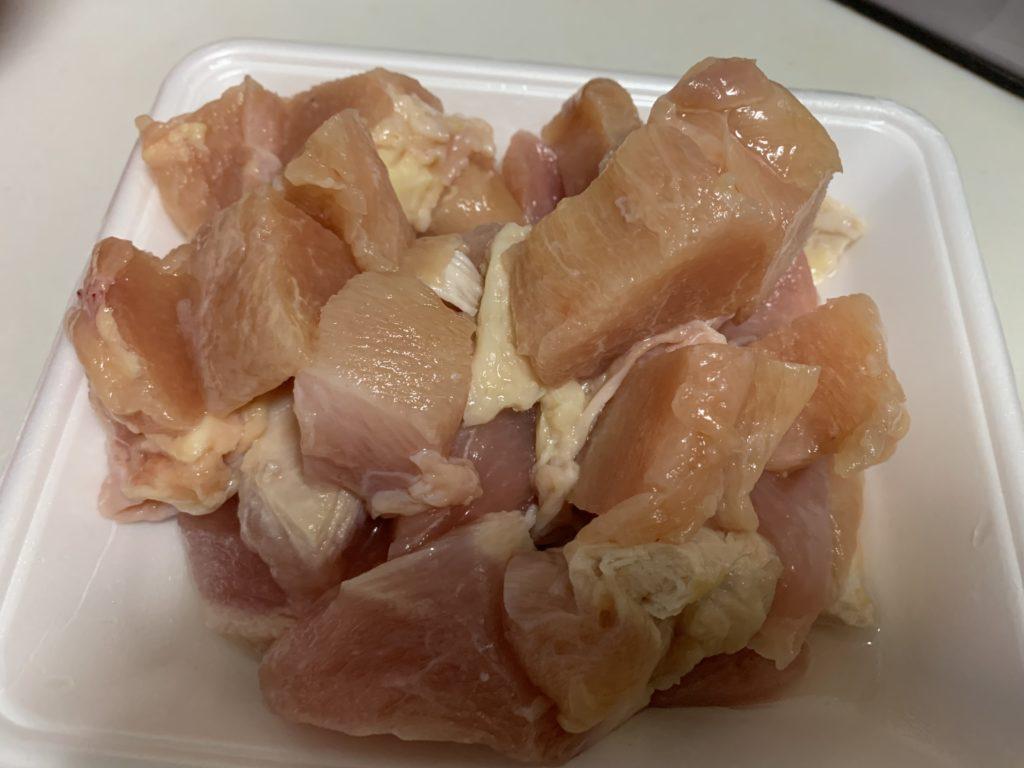 食べやすい大きさにカットした鶏むね肉