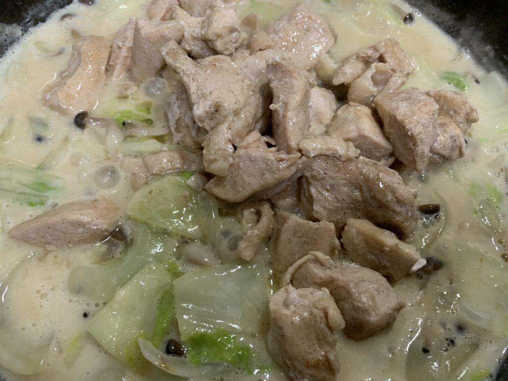 クリーム煮に鶏ムネ肉を入れた様子