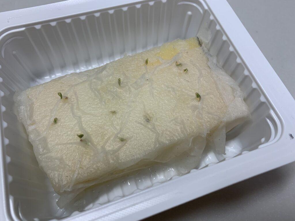 お豆腐の容器で育てているサニーレタス