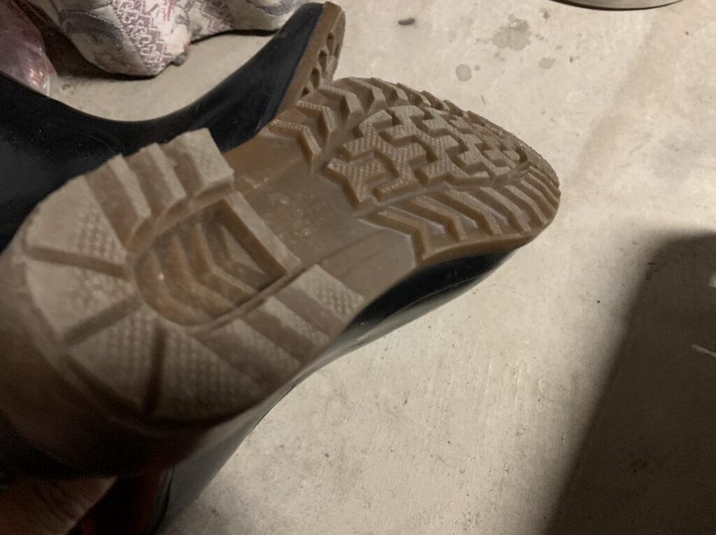 黒い長靴の裏側の滑り止め