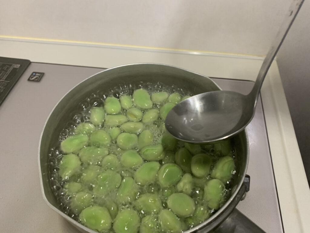 お鍋で煮るそら豆